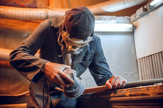 Zimmermann mit kreissäge zum schneiden von holzbrettern. konstruktionsdetails des männlichen arbeiters oder des handlichen mannes mit elektrowerkzeugen