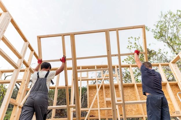 Zimmermannsmänner, die an einem haus arbeiten