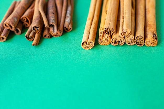 Zimt- und cassia-sticks mit natürlichen gewürzen auf dem tisch