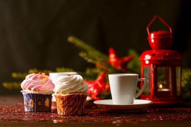 Zimt- und schokoladenmuffins. weihnachts hausgemachte kuchen