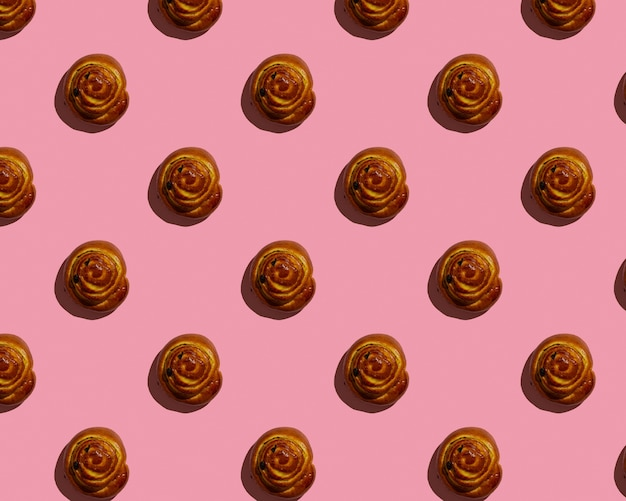 Zimtbrötchen auf rosa hintergrundmuster