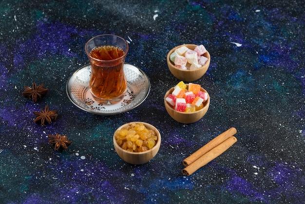 Zimtmarmelade und trockene traube mit tee