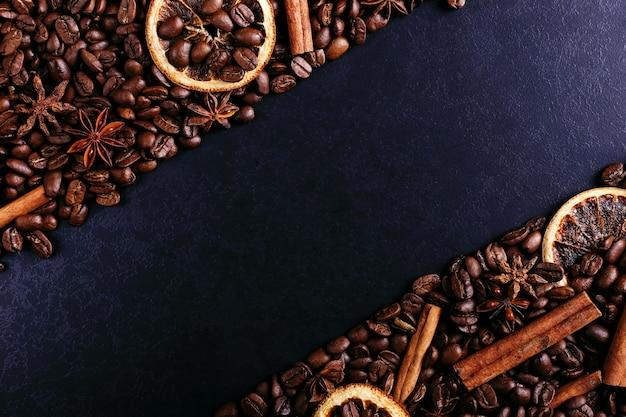 Zimtstangen, sternanis, kaffeebohnen und getrocknete orange auf dem küchentisch