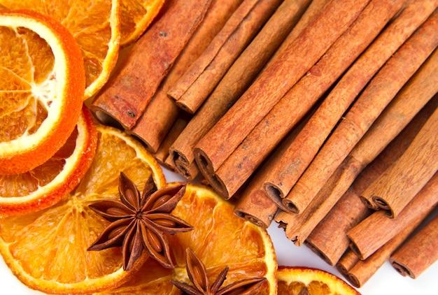Zimtstangen, sternanis und getrocknete orangenstücke