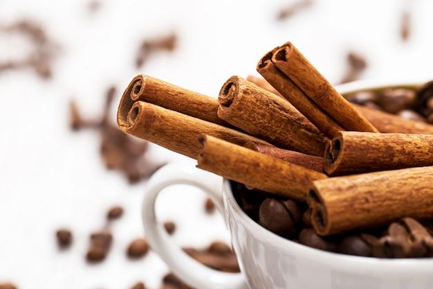 Zimtstangen und kaffeebohnen