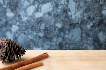 Zimtstangen und Kiefernkegel auf Holztisch, Herbstkonzept, Raum für Produkt