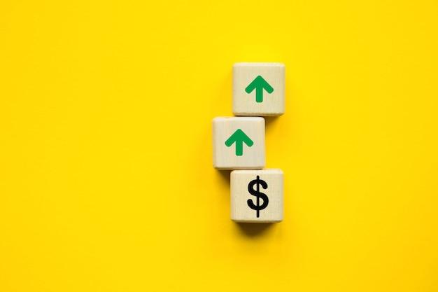 Zinswachstumstrend. würfel auf gelbem grund. symbolisiert wachstum. unternehmenskonzept. speicherplatz kopieren.