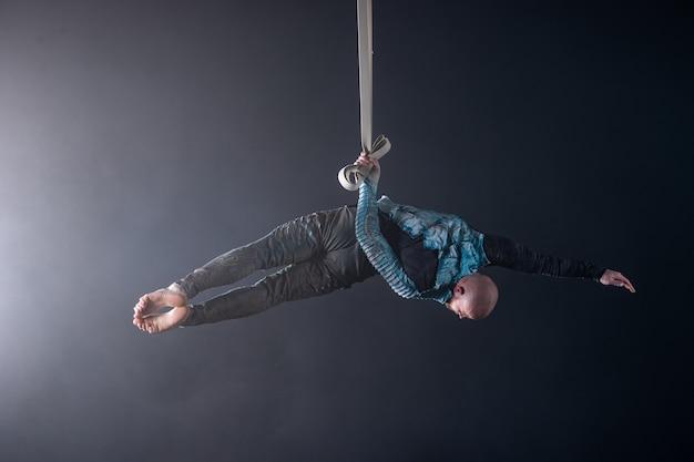 Zirkuskünstler an den luftgurten mit kostüm