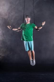 Zirkuskünstler an den luftgurten mit starken muskeln