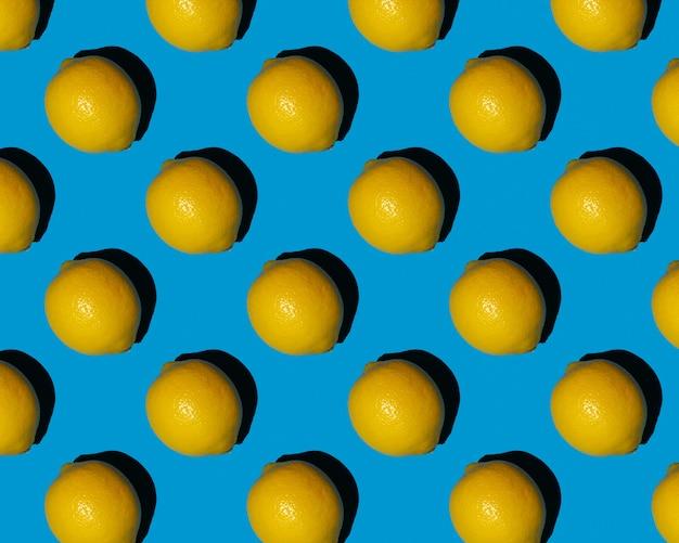 Zitrone auf blauem hintergrundmuster