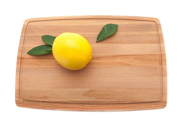 Zitrone auf einem schneidebrett