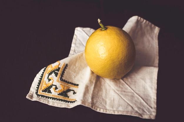 Zitrone auf einer serviette. stillleben inspiriert in der malerei des 17. jahrhunderts.