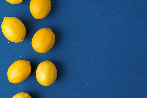 Zitrone auf klassischem blauen tisch, draufsicht