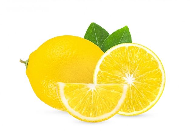 Zitrone auf weißem hintergrund voller schärfentiefe