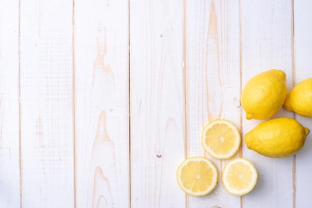 Zitrone auf weißem holztisch