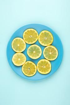Zitrone eine draufsicht der frischen saftigen inneren blauen platte auf dem eisblau
