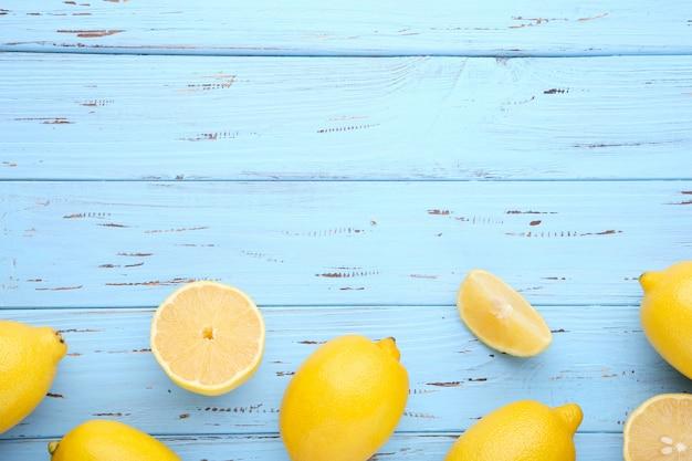 Zitrone getrennt auf blauem hintergrund. tropische frucht.