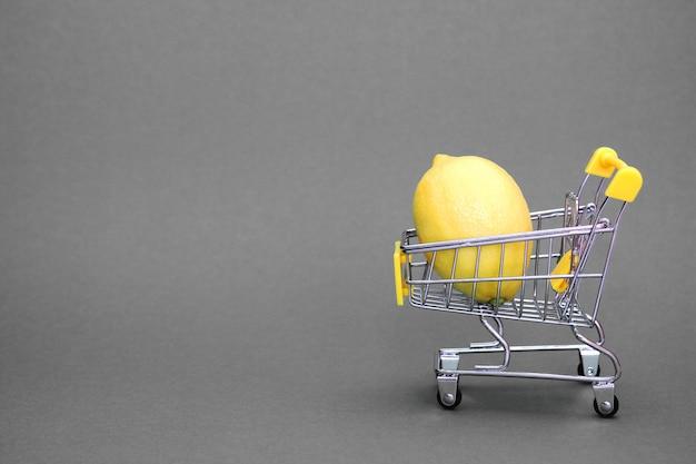 Zitrone im einkaufswagen