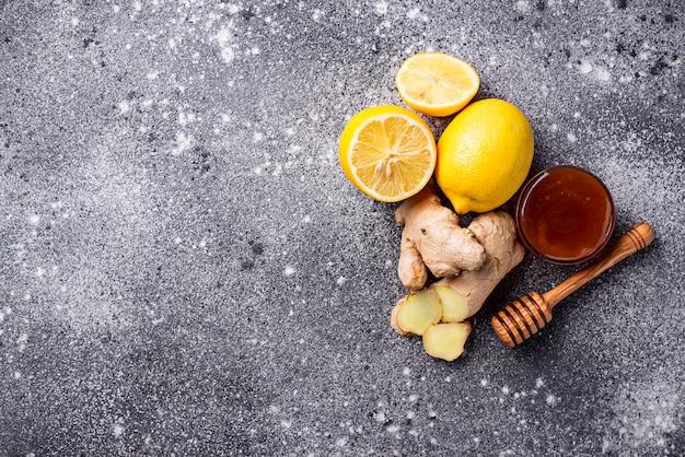 Zitrone, ingwer und honig. natürliche heilmittel gegen husten und grippe.
