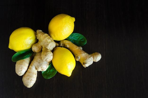 Zitrone, ingwer zur stärkung des immunsystems auf dunklem holzhintergrund mit kopierraum, weichzeichner