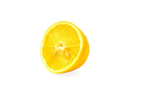 Zitrone. isolierte zitronenscheibe auf weißem hintergrund
