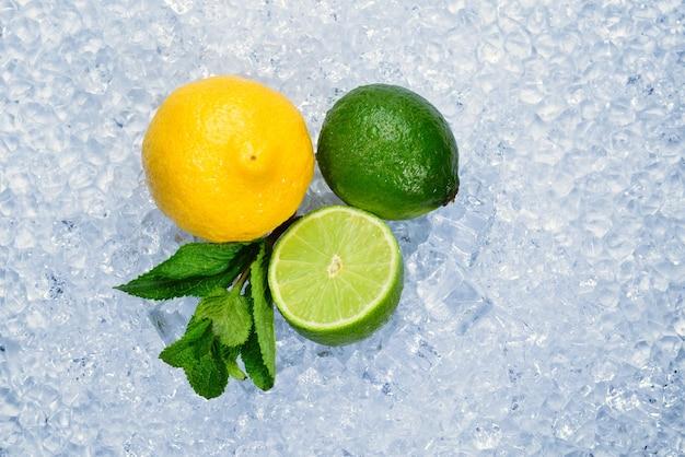 Zitrone, limette und minze auf eis.