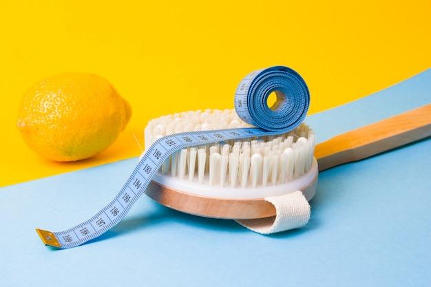 Zitrone, maßband auf einer massagebürste