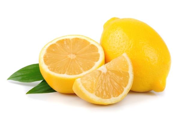 Zitrone mit blättern auf weiß