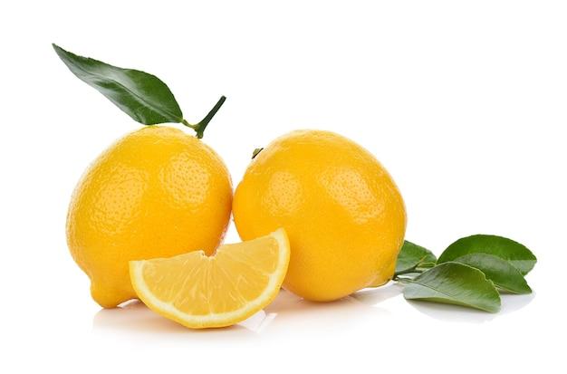 Zitrone mit grünen leves lokalisiert auf weiß