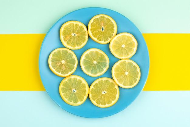 Zitrone schneidet frische saure saftige milde in blauen platte