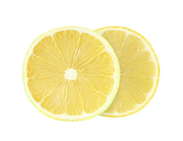 Zitrone schnitt in zwei runde stücke, die auf weißem hintergrund mit beschneidungspfad lokalisiert wurden.
