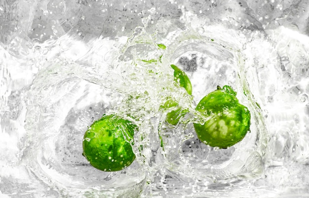 Zitrone spritzt im wasser