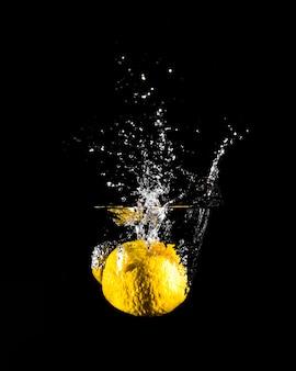 Zitrone stürzt ins wasser