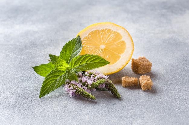 Zitrone und frische minze mit blüten, der braune zucker