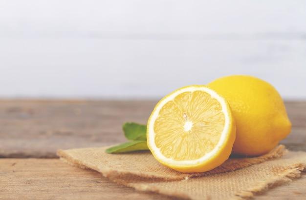 Zitrone und halber platz auf dem braunen sack