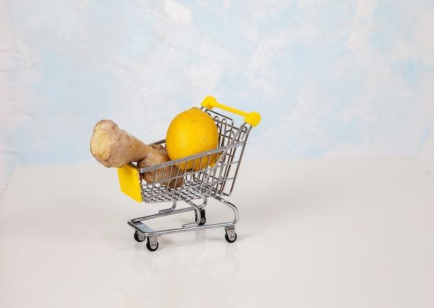 Zitrone und ingwer liegen in einem supermarkt-einkaufswagen