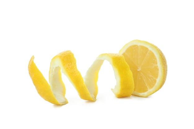 Zitrone und schale isoliert auf weiß