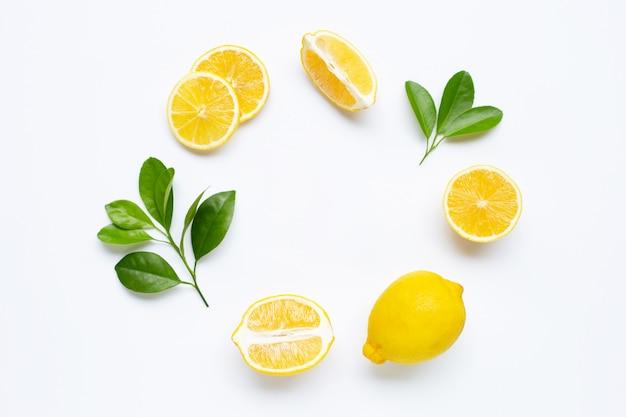 Zitrone und scheiben mit den blättern getrennt auf weiß.