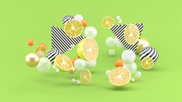Zitrone unter den bunten kugeln auf dem grün. 3d-rendering.
