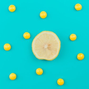 Zitrone unter gelben kugeln