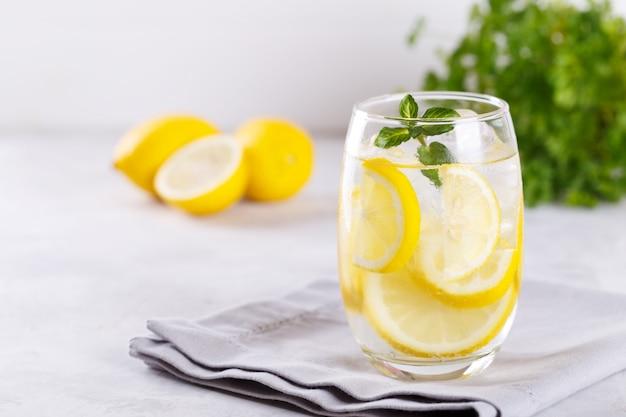 Zitrone wasser hineingegossen