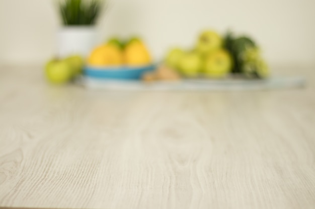 Zitronen, äpfel und grüne blätter mit undeutlichem hintergrund