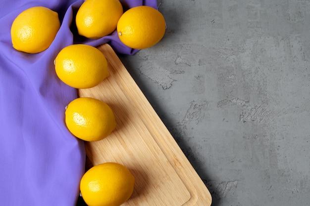 Zitronen auf betontisch, ansicht von oben