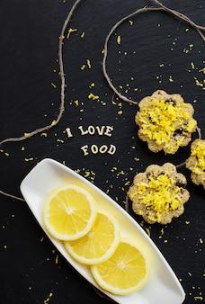 Zitronen-cupcakes auf einem schwarzen hintergrund