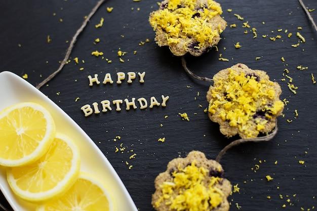 Zitronen-cupcakes auf einem schwarzen tisch