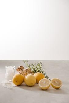 Zitronen-ingwer-wasser mit rosmarin
