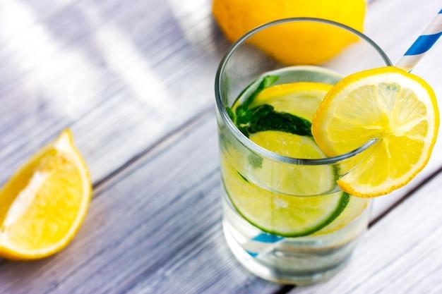 Zitronen-limetten-wasser mit trinkhalm