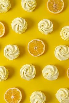 Zitronen-marshmallow, gelber hintergrund, muster, vertikal, keine personen, ansicht von oben,