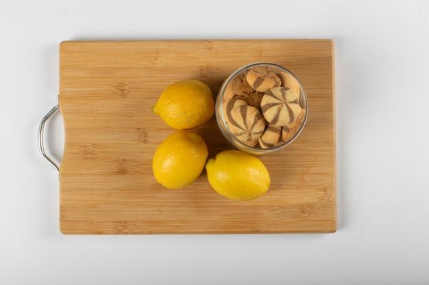 Zitronen-schokoladen-kekse auf einem holzbrett. draufsicht