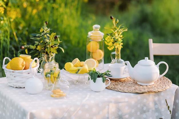 Zitronen und gelbe makronen auf dem tisch sonnenuntergangslicht